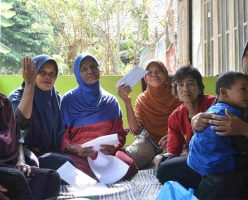 Jetakan women group receives new loan slide
